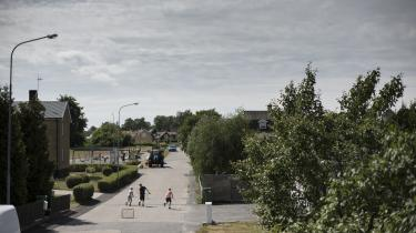 Forestillingen om, at en idyllisk facade dækker over et svensk nationalt selvbedrag, har ifølge kulturredaktør på Dagens Nyheter, Björn Wiman, en stærk historisk forankring.