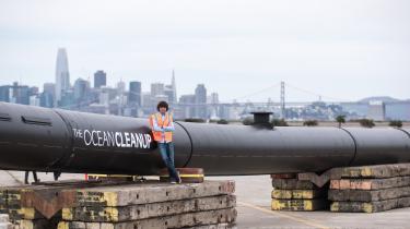 Grundlæggeren af The Ocean Cleanup, den 24-årige hollænder Boyan Slat, foran en prototype på de en-to kilometer lange flydepontoner, der skal indsamle plastikken fra de enorme skraldeøer, der har hobet sig op i verdenshavene.