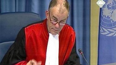 Frederik Harhoff under sin tid som dommer ved Krigsforbyderdomstolen for Jugoslavien i Haag. Screenshot fra videotransmissionen.