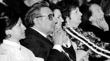 I april sagde Tyrkiets største avis Hürriyet farvel til sin ejer gennem fyrre år: Milliardæren Aydin Dogan. Han fik tre afskedsceremonier. Og rosenblade, der dalede ned over ham og hans datter. I samme ombæring mistede avisen sin sidste uafhængighed.
