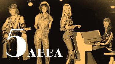 ABBA rendte ind i en rockistisk mur af anmeldere, progressive rockfans og discohadere, da de kom frem i 70'erne. Men samtidig bragede de igennem den popkulturelle lydmur med en sofistikeret pop, der behandlede svære emner som skilsmisse, ensomhed og sovjetiske dissidenter. Og så havde musikken sit fundament i moltoner og melankoli fra den svenske folkemusik