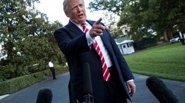 Trump udråber medierne til en »folkefjende« og anklager rituelt kritiske journalister for at være »fake news«. Hans angreb er ifølge forskerne David Kaye og Edinson Lanza »strategiske, lavet for at underminere tilliden til journalistikken og skabe tvivl om fakta, som kan verificeres«. Avisen Boston Globe har indledt en lederaktion med over 100 avisers opbakning mod præsidentens angreb på pressen.