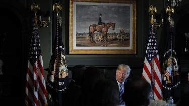 Digtet »Mister Nightmare President« af Peter Laugesen er født af alt for mange fotografier, meningsløse stumper og tilløb til sætninger og videosekvenser fra The New York Times og The Guardian