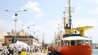 »Situationen omkring ngo-skibetAquarius understreger spændingerne inden for EU på flygtninge- og migrantområdet. I juni blev EU-lederne enige om at oprette fælles modtagecentre, hvor man kan håndtere asylansøgninger. Ingen lande er dog endnu gået med til at oprette og huse disse centre.« skriverMartin Gøttske.