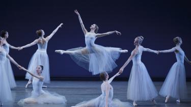 Danserinden Sterling Hyltin danser blidheden og kvindestoltheden frem sammen med de andre suveræne ballerinaer i Balanchines Serenade under New York City Ballets gæstespil i Tivoli.