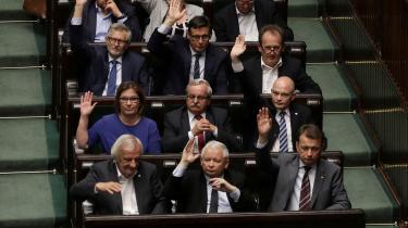 De polske populister med Jarosław Kaczyński i spidsen (forrest i midten) giver folket, hvad de vil have – nemlig flere velfærdsprogrammer og et løfte om økonomisk tryghed – og får dem til at føle sig stolte af at være polakker. Det kan oppositionen lære meget af, mener to polske journalister fra henholdsvis den yngre og den ældre generation.