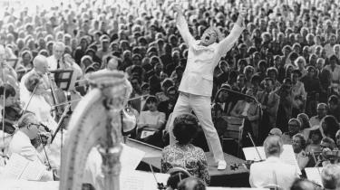 På lørdag ville det amerikanske musikfænomen Leonard Bernstein være fyldt 100 år. Han favnede det hele: klassisk og moderne, jazz og pop, Beatles og Rolling Stones, opera og musical og introducerede millioner af børn for klassisk musik. Han havde ordet i sin magt, komponerede udødelige melodier – og så rasende godt ud.  Vores anmelder Valdemar Lønsted fremskriver her tre sider af hans sammensatte personlighed: den jødiske arv, homoseksualiteten og det enestående talent for at kommunikere