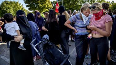 Det omdiskuterede tildæknings-forbud skal håndhæves i overensstemmelse med ordlyd og bemærkninger til den lov, som Folketinget har vedtaget – ikke ud fra en fornemmelse af, hvad det politiske flertal bag loven ønskede at opnå. Derfor skal politiet nu gribe ind overfor enhver tildækning af ansigtet – ikke blot niqab og burka, skriver Jens Elo Rytter.