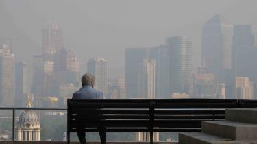 Luftforurening er ikke blot verdens største miljøplage, men står også bag et ud af seks dødsfald i verden. Her er det smog over London en sommermorgen.