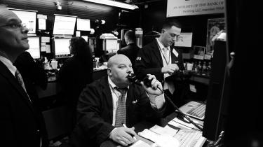 Bølgerne gik højt på børsen på Wall Street i USA, efter at finanskrisen var brudt ud i september 2008. Før 2008 frygtede analytikere, at den næste finanskrise ville komme fra Kina eller fra USA's offentlige gæld – men den kom fra europæiske og amerikanske banker, der havde lånt en masse dollar og investeret dem alt for risikabelt.