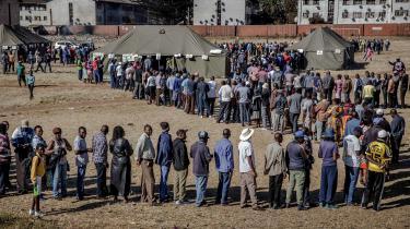 Brugen af biometriske valgsystemer i Afrika har langt fra virket efter hensigten. Blandt andet er folk skeptiske over for, hvad informationerne vil blive brugt til. Her er det vælgere, der står i kø i Harare i Zimbabwe for at stemme til præsidentvalget den 30. juli.