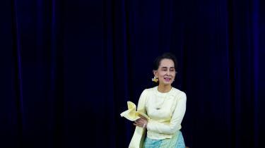 Aung San Suu Kyis vej til magten gav håb om en fredelig transition fra autoritært regime til demokrati i en region, hvor adskillige lande bevæger sig i den anden retning. I dag virker den tidligere frihedskæmper ude af stand til at sætte sig op imod de generaler, der holdt hende i husarrest i 15 år.