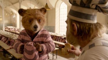 Bjørnen Paddington leder efter det gode i alle, og selv blandt de hårdkogte fanger i fængslet finder han det i Paul Kings 'Paddington 2'.