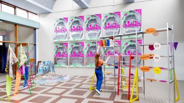 For Tereza Ruller er stilladset en rekvisit, der, når hun klatrer op på det og sidder i det, viser hvordan mennesket i dag er tæt forbundet med arbejdsmarkedet. Hyldesystemets kvadratiske og stringente udseende kropsliggør for hende kapitalismens strukturer.