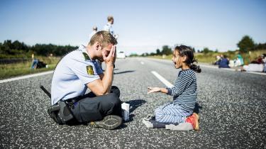 I en pause finder politimand Lars Møller tid til at gå med på en lille piges leg. I hvilken er hånd er ringen? Endnu engang gætter betjenten forkert. Episoden fra motorvej E45 i onsdags er gået viralt, og mange - især kvinder - er blevet ellevilde over at den danske betjent giver sig tid til at lege med den lille pige midt flygtningenes forfærdelige situation.