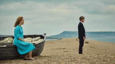 Florence (Saoirse Ronan) og Edward (Billy Howle) slås med klasseforskelle, tidens tilknappethed og den svære kærlighed i Dominic Cookes Ian McEwan-filmatisering, 'Den dag på stranden'.