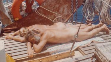 Dokumentarfilmen 'The Raft' dokumenterer på overlegen vis et socialantropologisk eksperiment fra 1973, hvor 12 for hinanden fremmede personer sammen flød over Atlanterhavet på en blikflåde uden motor og følgeskib. For ekspeditionslederen, der ville studere konflikter, var det en behersket succes. Til gengæld fik deltagerne en stor oplevelse