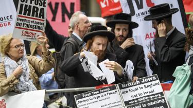 Det jødiske samfund i Storbritannien har været oprørt denne sommer over Labour-leder Jeremy Corbyns påfaldende mange antisemitiske forbindelser. Her er det dog ultraortodokse anti-zionistiske jøder, som demonstrerer for retten til at kritisere staten Israel.