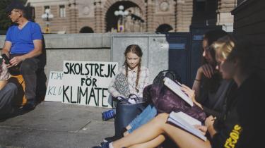 Den 15-årige Greta Thunberg strejker for klimaet foran parlamentet i Stockholm. Hun mener ikke, at klimaet fylder nok i den igangværende valgkamp: »De voksne og politikerne skal behandle klimakrisen som en rigtig krise. Og ikke kun tale om økonomi. Jeg forstår ikke, hvorfor klimaforandringerne kun er et bispørgsmål,« siger hun.