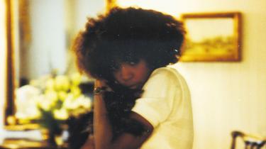 Kevin Macdonalds aktuelle dokumentar afslører, at Whitney Houston blev seksuelt misbrugt som barn af sin nu afdøde kusine Dee Dee Warwick, hvilket understøttes af to kilder