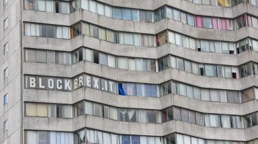 »BLOCK BREXIT« står der på et højhus i den britiske by Margate, hvor 64 procent af vælgerne ellers stemte for Brexit.