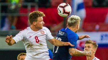 Slovakiets Juraj Kucka (t.h.) i konfrontation med Danmarks Rasmus Johansson (t.v.) under landskampen onsdag i Trnava i Slovakiet. For alle de danske spillere var det første kamp på landsholdet.