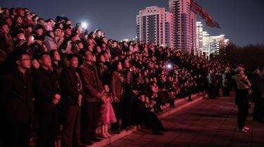 Både i Washington og Seoul vil søndagens nordkoreanske fejring af 70-året blive analyseret nøje. Kim Jong-un har før brugt lignende begivenheder og mærkedage til at signalere, hvor han står. Værd at bemærke er det for eksempel, at militærparaden ikke inkluderede fremvisning af langtrækkende missiler.