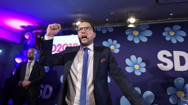 Sverigedemokraternas leder Jimmie Åkesson fejrer partiets valgresultat søndag. Selv om Sverigedemokraterna gik frem og fik 17,6 procent af stemmerne ved riksdagsvalget, var flere af partiets medlemmer skuffede over resultatet, fordi mange af meningsmålingerne havde forudsagt en endnu større fremgang ved valget.