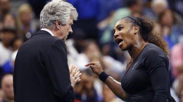 Med dirrende stemme forsvaredeSerena Williamssig under US Open-finalen i søndags. Men selvom hun formentlig har en pointe i, at der hersker sexisme og racisme i tennissporten, fratager det hende ikke for at have brudt reglerne under finalekampen mod det ungetalent Naomi Osaka.