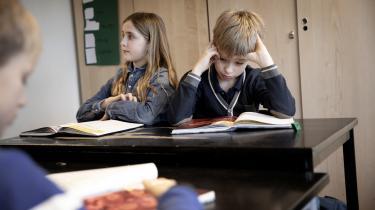 Knap to timer mindre om ugen kan danske skoleelever se frem til, hvis regeringen kommer igennem med ændringerne. Men eleverne skal stadig lære mere, så udspillet skruer samtidig op for antallet af 'rigtige' timer med undervisning i især naturfag