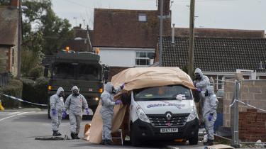 De britiske myndigheder fremlagde onsdag i sidste uge en række fysiske beviser fra gerningsstederne, billeder fra overvågningskameraer, aflytninger og en kortlægning af de mistænktes rejsemønstre med falske pas. Altsammen bestyrker mistanken om, at den russiske efterretningstjeneste GRU står bag attentatet.
