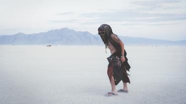 Under Nevada-ørkenens nådesløse, brændende sol og klaustrofobiske støvstorme, bliver der hvert år i sensommeren opbygget en gigantisk midlertidig by ved navn Black Rock City. Her afholdes festivalen Burning Man.