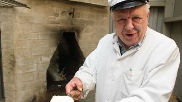 Mejerist Anker Lindhard arbejdede på de danske mejerier i mere end et halvt århundrede. Han var medlem af Statens Smørbedømmelse og blev prisbelønnet for sit smør