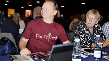 51-årige Freddie Larsen, som er lokomotivfører og på sit tiende årsmøde, diskuterer Dansk Folkepartis rolle i dansk politik med en bekendt: »Jeg synes, det er blevet dementeret, at DF er højreorienteret. Vi kommer sgu fra arbejderklassen. Jeg ved godt, der er delte meninger i partiet. Men Socialdemokratiet har skabt DF,« siger han.