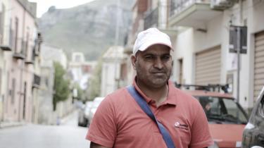 Mohammed Aziz fra Kashmir har fået permanent opholdstilladelse på Sicilien, og nu har han søgt om tilladelse til at få sin kone og børn, der stadig er i Kashmir, hertil.