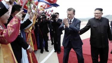 Moon Jae-in og Kim Jong-un kom godt ud af det med hinanden, da de mødtes i april. I morgen mødes de igen. Det sker i Pyongyang. Det er første gang i 11 år, at en sydkoreansk leder besøger Nordkoreas hovedstad.