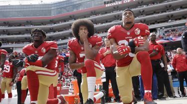 Det var denne gestus, der gjorde Colin Kaepernick (i midten) til persona non grata i NFL. Han knælede under nationalsangen for at vise sympati med Black Lives Matter-bevægelsen. Det er selv samme gestus, der nu har skaffet ham en reklamekontrakt med Nike.
