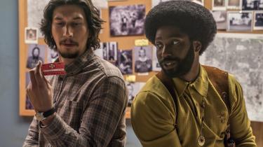 Flip (Adam Driver) og Ron (John David Washington) beundrer Rons medlemskort til Ku Klux Klan i Spike Lees 'BlacKkKlansman'.