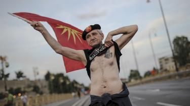 En demonstrant i Makedoniens hovedstad Skojpe viser sin utilfredshed over kompromisset mellem Makedonien og Grækenland, hvor Makedonien skifter navn til Nordmakedonien.