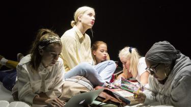 »'Skam 2' som teater er en velovervejet, gennemført produktion, som på mange høje niveauer skaber et liv på en scene, så man næsten ikke kan fatte, at det kan lade sig gøre,« skriver Informations teenageanmelder om den nye forestilling på Aveny-T.