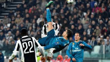 Årets scoring kårede UEFA Cristiano Ronaldos saksespark til efter opgøret mod Juventus i april. Det var formentligt det mål, der gav Real Madrid-spilleren lyst til at rykke til den italienske klub.