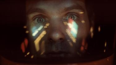 'Rumrejsen år 2001', som Stanley Kubrick lavede i et tæt parløb med forfatteren Arthur C. Clarke, er et forunderligt, foranderligt og dybt betagende visuelt mesterværk, der tør tage fat i selve eksistensen og på en original og meget lidt didaktisk måde. Filmen fylder 50 i år og har repremiere i en spritny udgave