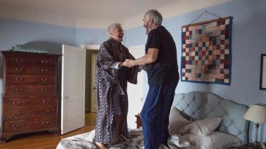 Glenn Close spiller forfatterhustruen Joan, der i hvert fald til at begynde med deler sin mand, Joes (Jonathan Pryce), glæde over at have vundet Nobelprisen i litteratur i Björn Runges ægteskabsdrama 'The Wife'.
