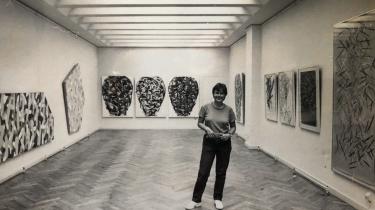I 1975 lykkedes det Eva Weis Bentzon at stable udstillingen 'XX' på benen på Charlottenborg. Det var den første udstilling for kvindelige kunstnere.