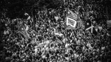 Seperatister demonstrerer i Barcelona op til årsdagen for folkeafstemningen sidste år om Cataloniens løsrivelse fra Spanien. Folkeafstemninger er ofte kontroversielle, men det behøver de ikke at være, fastslår rapporten.