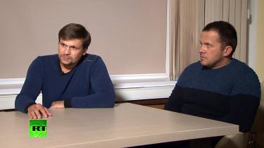 Ruslan Bosjirov (t.v.), der på russisk stats-tv har bedyret sin uskyld i sagen om mordforsøget på Sergei Skripal, hedder ifølge internetmediet Bellingcat i virkeligheden Anatolij Tjepiga og er højtdekoreret oberst i Ruslands militære efterretningstjeneste, GRU.