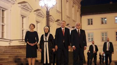 Den tyske forbundspræsidentFrank-Walter Steinmeier med sin koneElke Budenbender ogRecep Tayyip Erdogan med sin koneEmine Erdogan.