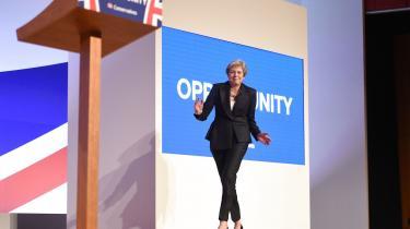 Til lyden af »Dancing Queen« med ABBA kom Theresa May dansende ind og vandt salen.