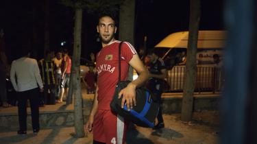Omar Mohamed på vej hjem efter træning i fodboldklubben Palmyra. Alle spillerne på holdet har førhen spillet for Palmyra Club i den syriske oldtidsby Palmyra, og efter at de blev fordrevet fra byen, har de skabt en klub af eksilspillere i i Antakya, en by i det sydlige Tyrkiet på grænsen til Syrien.