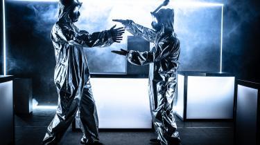 Der er plads til både humor og alvor i Teater O og Black Box Theatres aktuelle forestilling #fremtiden.